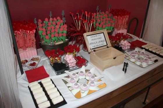 mesa de dulces con caja de los deseos para boda
