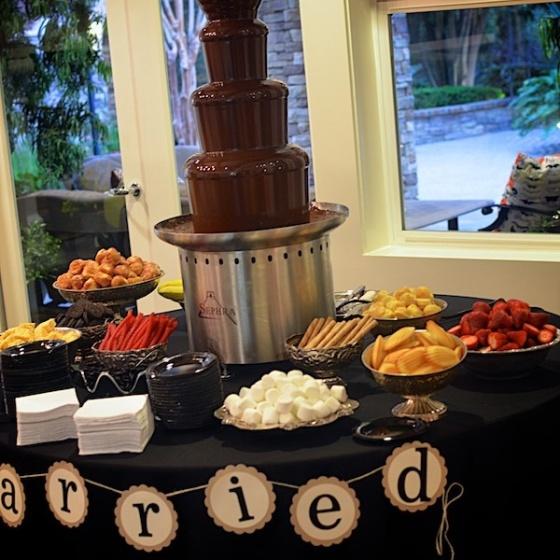 fuentes de chocolate en mesas de dulces
