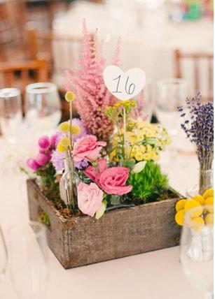 Decoraci n r stica con cajas de madera lazos y corbatas for Centro de mesa boda campestre